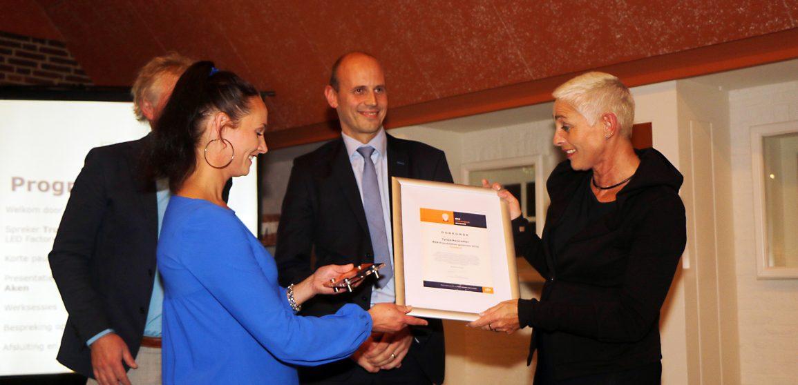 Burgemeester Wilma Mansveld ontvangt de prijs uit handen van voorzitter Trudie Timmerman van MKB Noord in Fryslân.